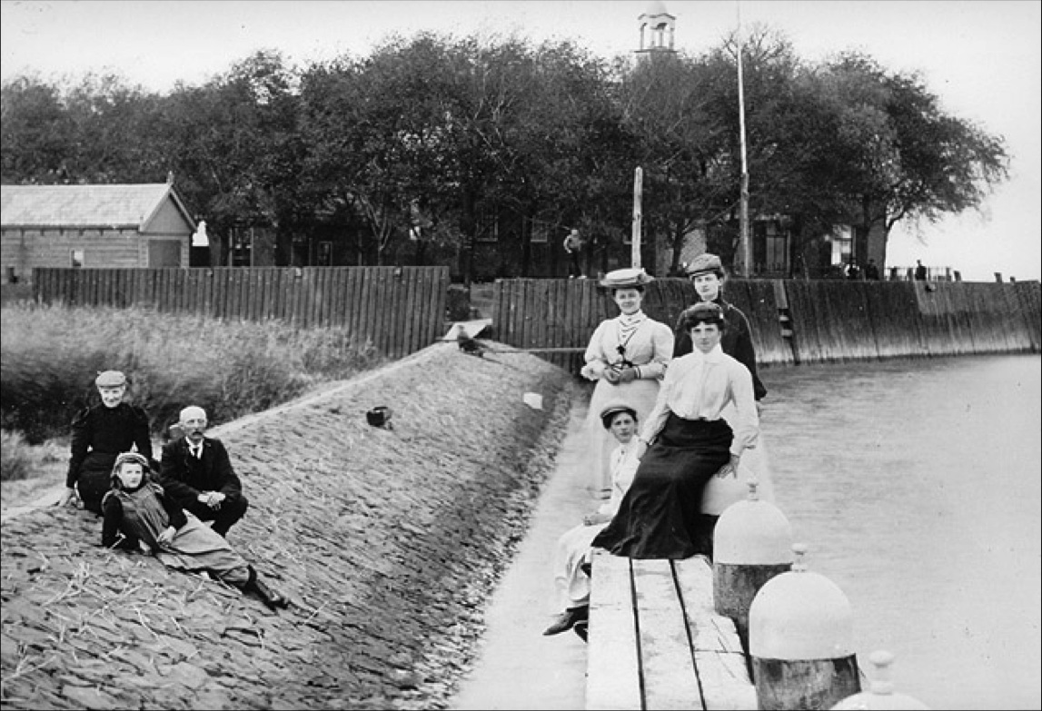 In 1907, H.T. Nieuwenhuis, teacher at Urk, visited the Middelbuurt dwelling mound accompanied by some of his esteemed entourage.