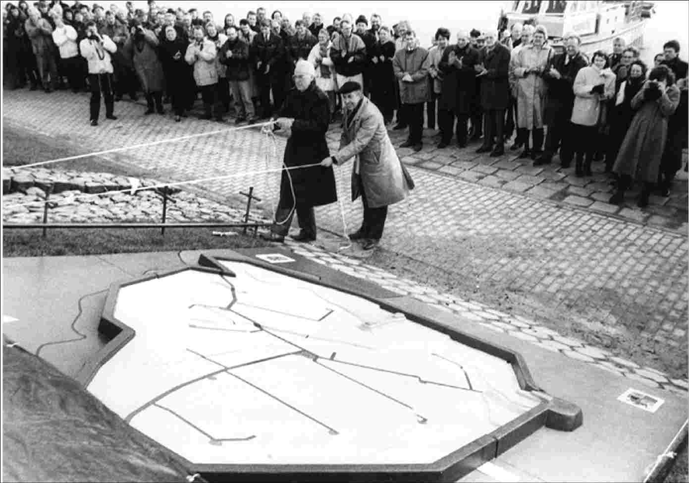 The unveiling of a model of the Noordoostpolder on the dike at Nagele, opposite Havenweg / Sluitgatweg, in memory of the fact that fifty years ago, the last dike section around the Noordoostpolder was closed. Left: B. Blikman (deputy), right: C. van der Wildt (chief engineer-director of the Flevoland board of Rijkswaterstaat), 1990.