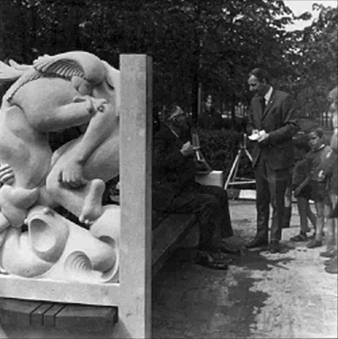 "The ""Onderduikersbank"" (bench of people in hiding), made by Wim van Doorschodt was placed on De Deel (after restoration, it is now on the Harmen Visserplein). The inscription on the bench is: ""A.J. Knipmeijer, inseparably connected with the people in hiding 1940-1945 ""."