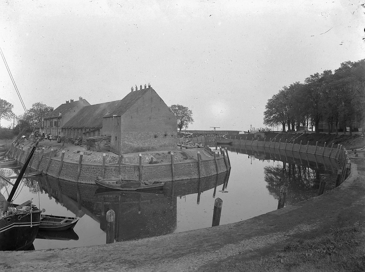 De Vollenhoven inner harbour with the 'fortress', the fishermen's dwellings that constituted the Oldehuysplein. 1915.