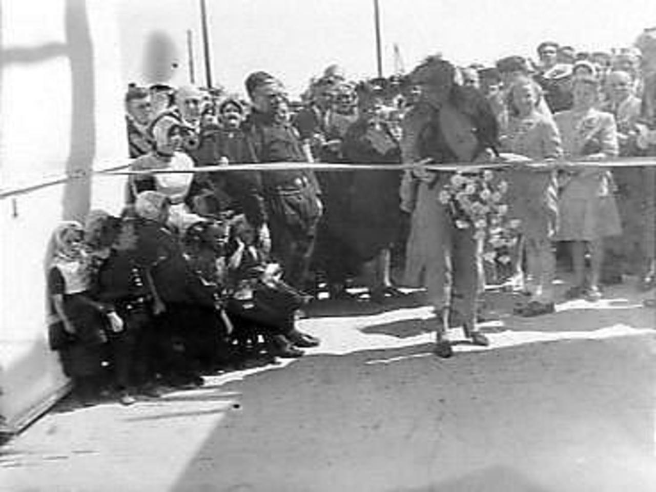 The connecting road to Urk was opened on Wednesday 19 May 1948. The festive opening was organised by Urk, which is why the wife of the Queen's Commissioner of North-Holland was allowed to do the festive opening.
