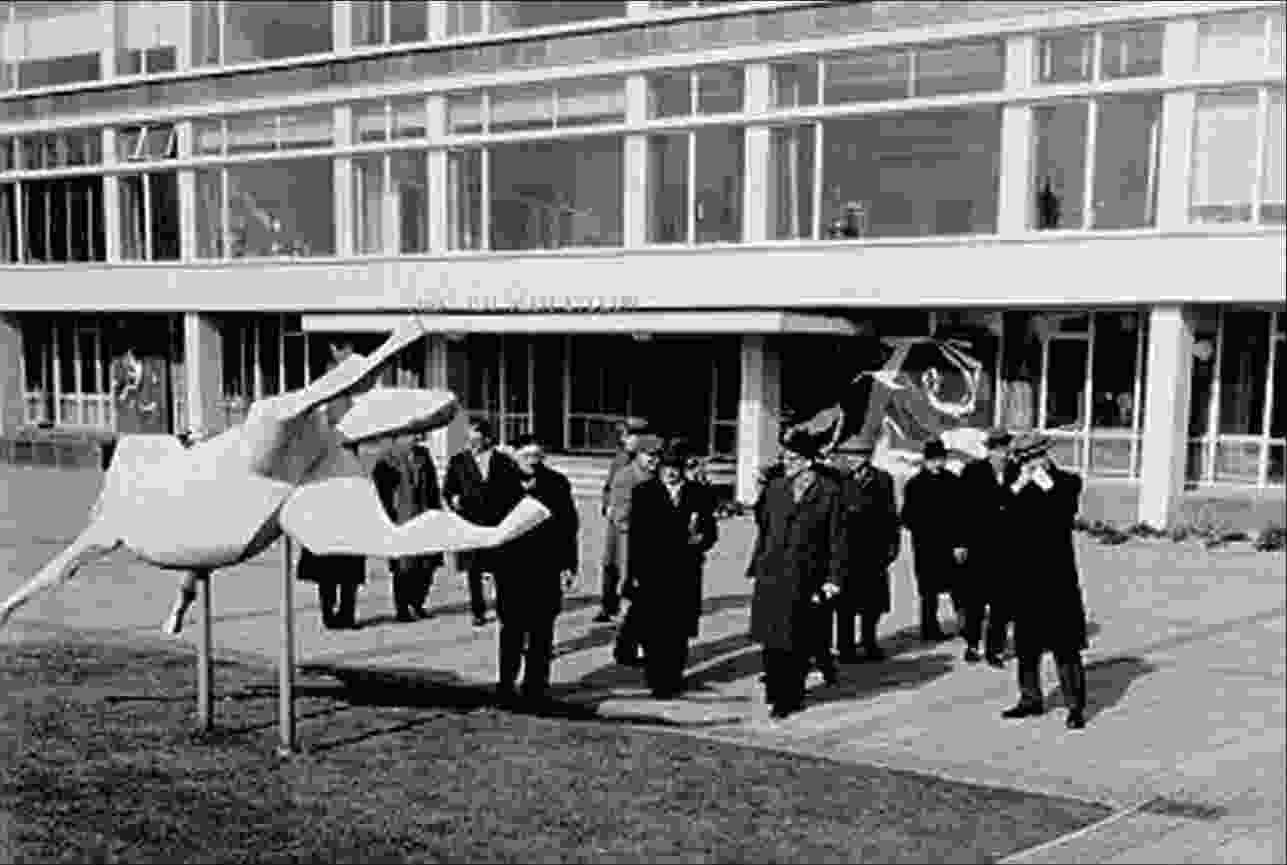 Official visit of the members of the Overijssel Provincial Executive to the Noordoostpolder. The company in front of the Prof. Ter Veen Lyceum in Emmeloord, 1962.