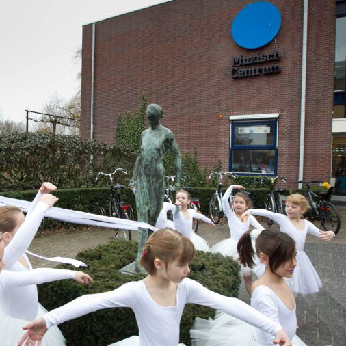 Young ballet dancers from the Muzisch Centrum around the new sculpture of the 'ballet dancer'.