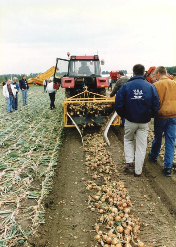 On the international potato event in 1995 in Emmeloord, visitors could also see onion harvest demonstrations. The largest potato fair in Europe, which lasts three days, attracts more and more international exhibitors and farmers.