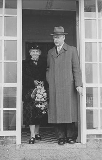 Retirement of dr.ir. S. Smeding as director/landdrost. Leaving the temporary Town Hall, 1954.